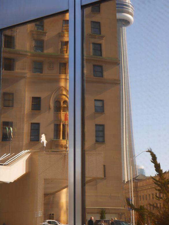 Odbicie w złotych oknach