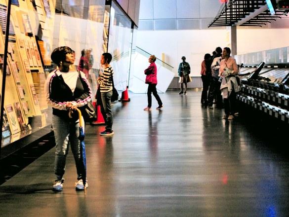 Zwiedzający oglądają wystawy z dużym zainteresowaniem.