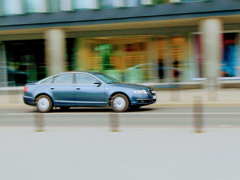 Pędzące Audi | f9.6, 1/30 sek, 70mm, ISO 80