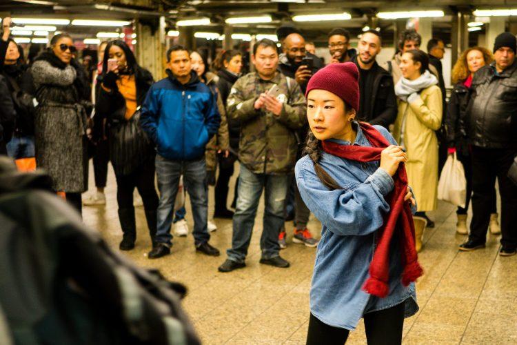 Muzycy Nowego Jorku: Samotna tancerka wśród tłumów