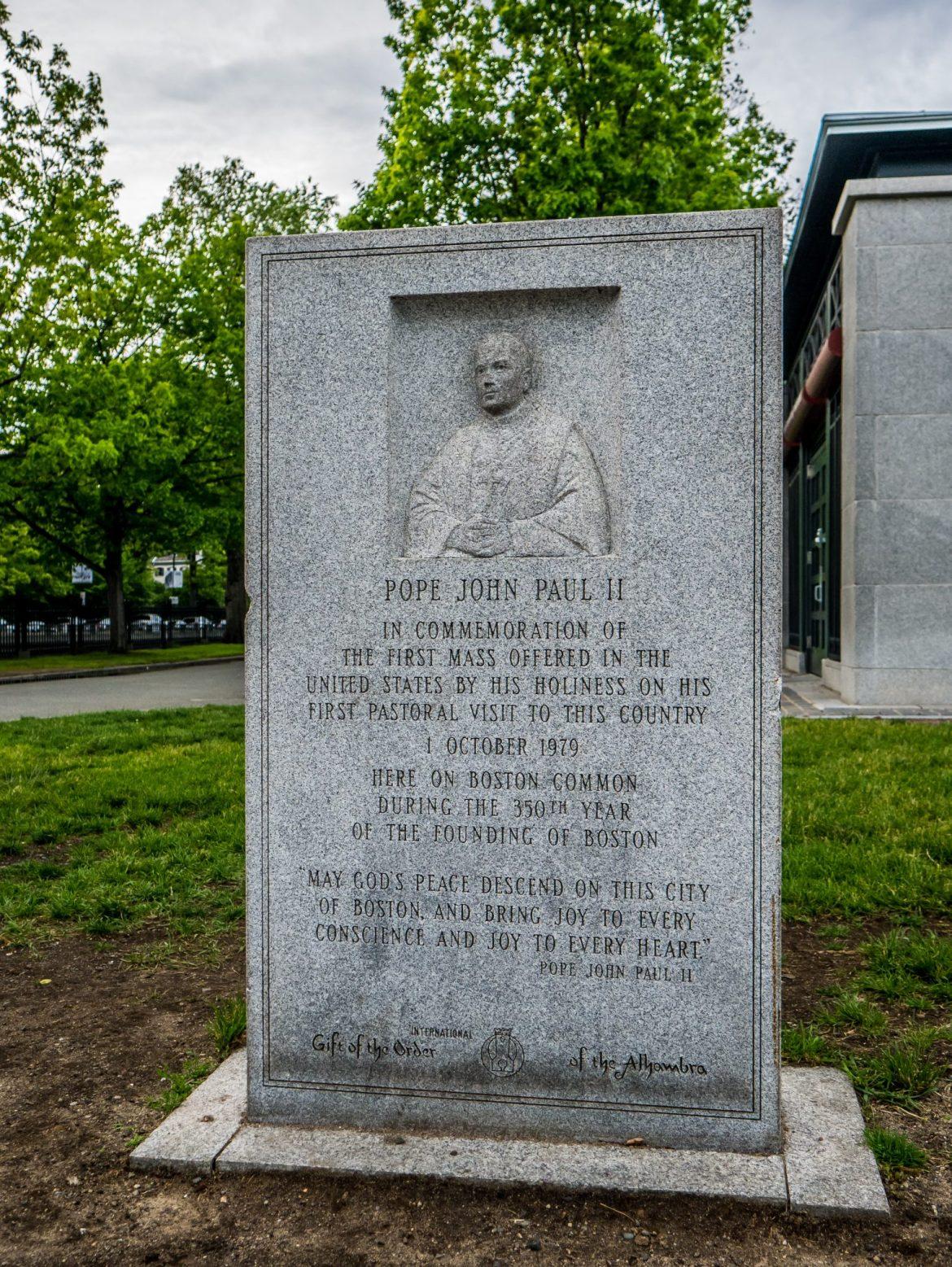 Pomnik dedykowany Janowi Pawłowi II w Boston Common