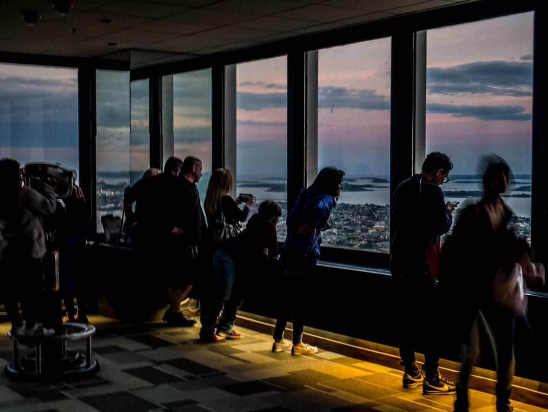 Zwiedzający w Prudential Tower