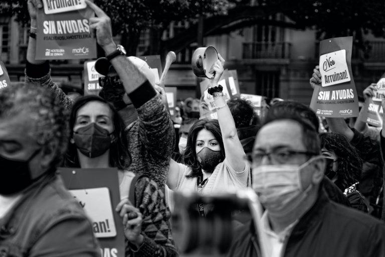 Esta es otra imagen de la protesta del sector de la hostelería por las consecuencias derivadas de las restricciones impuestas para la lucha contra el covid 19. Aunque acudió un elevado número de personas en todo momento se respetaron las normas de prevención para evitar contagios.