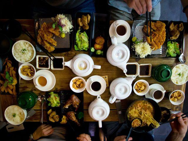 Zdjęcie przedstawiające stół suto zastawiony różnymi potrawami