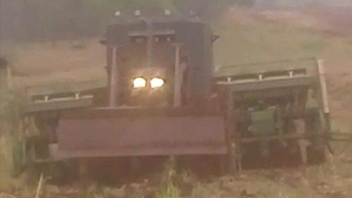 """Trator blindado, chamado pelos indígenas de """"caveirão"""", tem sido utilizado por jagunços em ataques contra retomadas. Foto: povo Guarani e Kaiowá"""