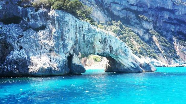 Sardegna - Dorgali (Nuoro) mare celeste e splendida scogliera