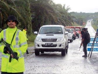 Malaysian police establish a checkpoint in Sabah.