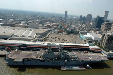 800px-US_Navy_050910-N-2383B-537_An_aerial_view_of_the_amphibious_assault_ship_USS_Iwo_Jima_(LHD_7)_docked_in_New_Orleans