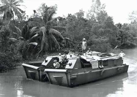 French riverines (dinnassauts) conduct operations in Vietnam during the late 1940s. (Histoire du Monde)