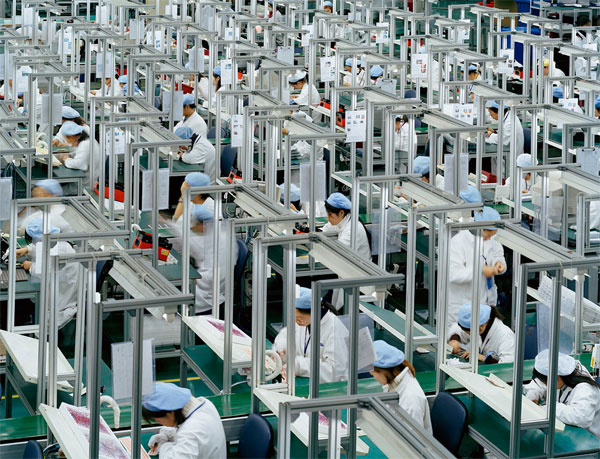 Burtynsky_Manufacturing_China002-vita lavorativa nelle fabbriche cinesi