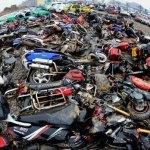 Distruzione di massa di centinaia di veicoli illegali in Cina