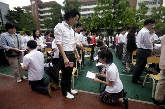 guangzhou-knee-001-Studenti cinesi in ginocchio