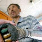 Un uomo cinese si costruisce da solo le mani bioniche dopo aver perso entrambe le braccia