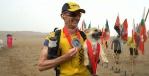 Il corridore Dion Leonard insieme al cagnolino Gobi