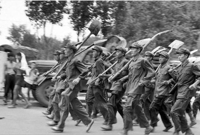 Soldati dell'Armata Popolare di Liberazione dotati di vanghe.