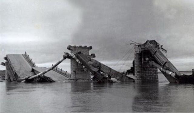 Un ponte danneggiato dal terremoto.