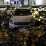 Un SUV blocca il passaggio ad un centro rifiuti: i netturbini circondano l'auto con tonnellate di pattumiera