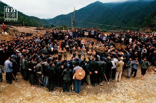 1966. Studenti universitari illustrano il pensiero di Mao ai contadini.