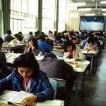 Dopo 10 anni di sospensione della vita culturale del paese a causa ironicamente della Rivoluzione Culturale, nel 1977 riaprono le biblioteche, il sistema di esame di ammissione all'università viene ripristinato, le persone ricominciano a studiare. Il valore della scienza, della conoscenza e della cultura viene nuovamente riconosciuto. Nella foto persone assetate di cultura in una biblioteca nel Guangdong.