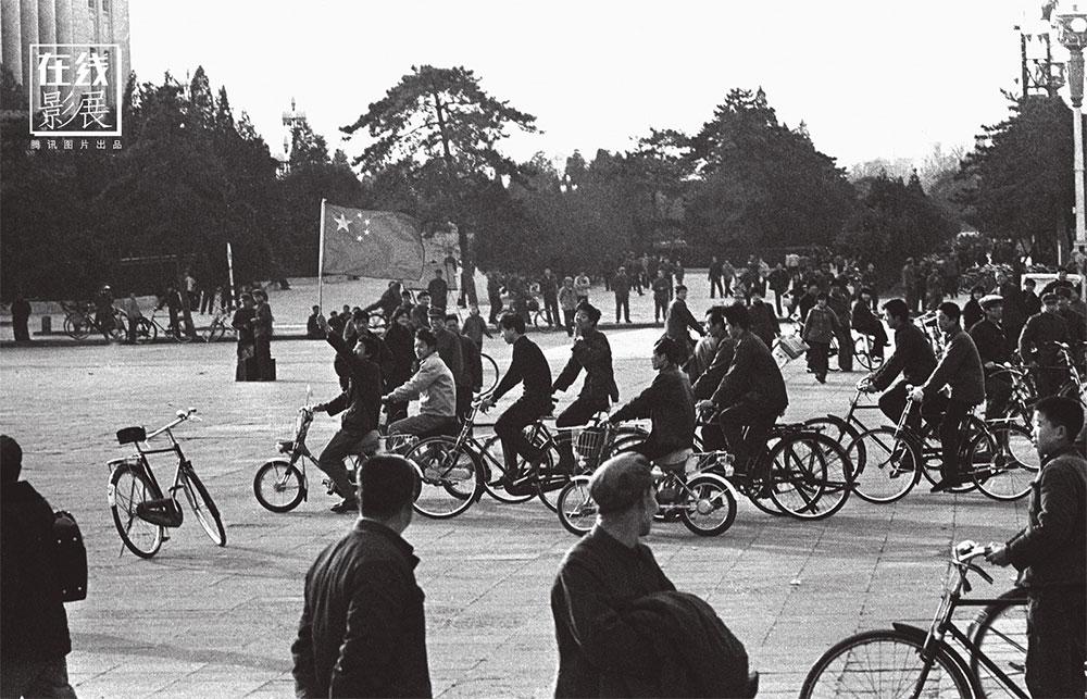1980. La squadra di pallavolo femminile cinese vince il primo campionato del mondo. La gente scende in strada a festeggiare.