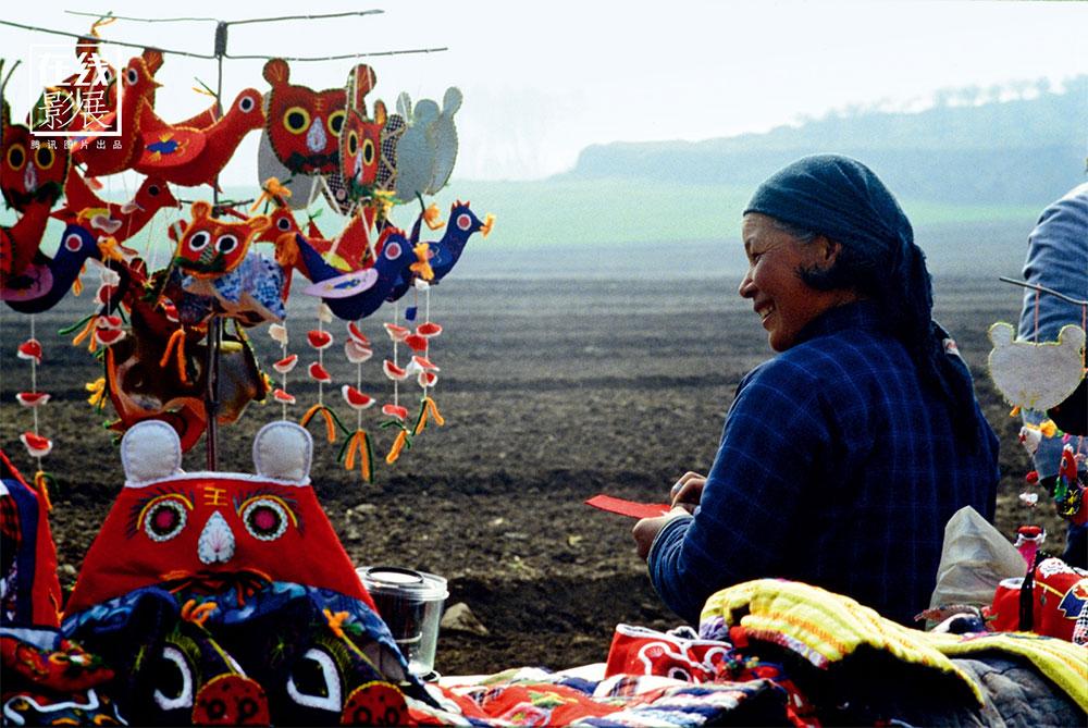 1980s. Durante gli anni della rivoluzione culturale, sono state fatte nonostante tutto importanti rinvenimenti archeologici nell'area di Xi'An. Una venditrice di souvenir di fronte al Mausoleo.