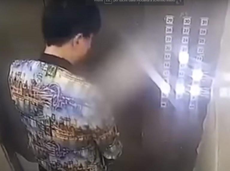 pipi-in-ascensore