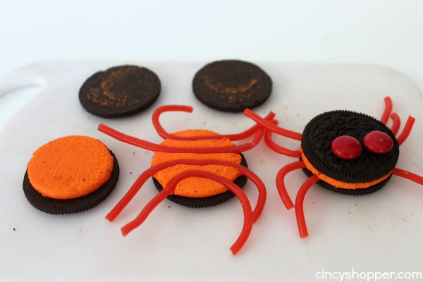 Oreo Spider Cupcakes - Oreo on top and Oreo in the middle! Super fun and easy Halloween treat or dessert idea.