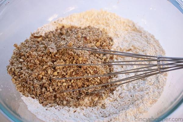 Pekannüsse zu trockenen Zutaten hinzugefügt
