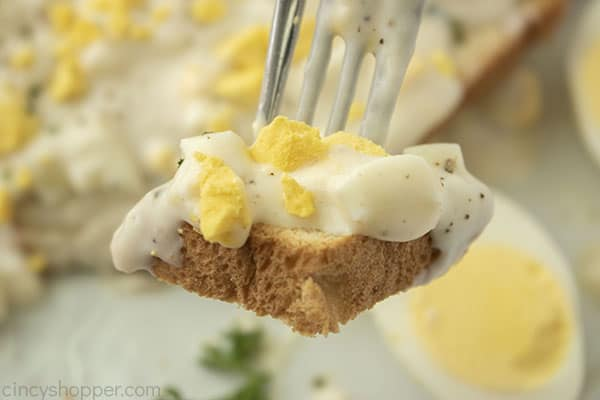 Creamed eggs with toast on a fork