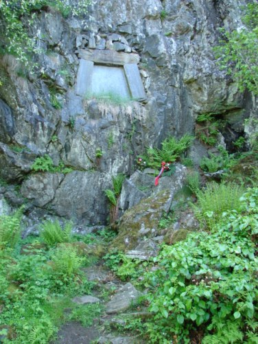 a walk down from Troldhaugen brings you to the peaceful burial place of Edvard and Nina Grieg - June 2006