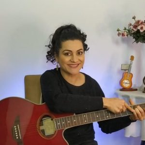 Aula de violão com a professora Cindy Ferrarezi