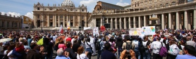 11147515-rome--may-9-crowds-of-pilgrims-gathered-on-may-9-2010-at-saint-peter-s-square-in-vatican-thousands-o