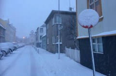 Hard to see what's written on the sign with the snow ! - Difficile de voir ce qu'il y a écrit sur le panneau avec la neige !