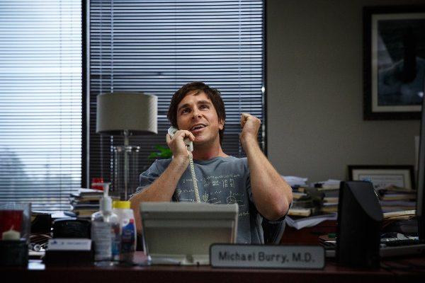 Docteur, directeur de fond spéculatif, t-shirt et pieds nus. - photo Jaap Buitendijk pour Paramount pictures