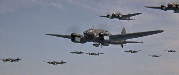 Une centaine d'avions a été utilisée pour le film, dont pas moins de 32 Casa 2.111 — une flotte comme on n'en avait pas vue depuis la vraie guerre. - capture du film