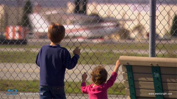 Outre l'aéroport, c'est aussi un hommage aux passionnés, en commençant par les minots qui squattent les bords de piste. - photo Onesixright.com