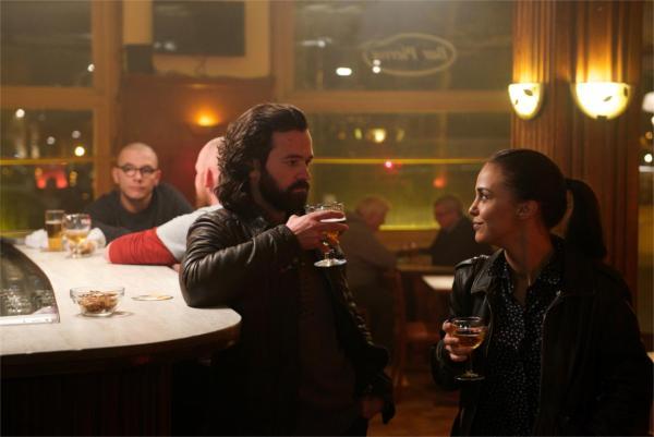 """Le grand classique: """"alors comme ça t'es flic? Ça a l'air bien ça dis donc…"""" - photo Nicolas Schul pour Gaumont - Scope Pictures"""