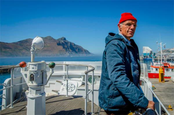 Un gros nez blanc sous un bonnet rouge. - photo Coco van Oppens pour DCM