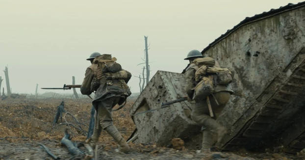 Soldats courant devant un tank