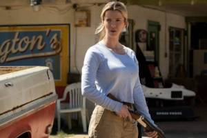 Betty Gilpin et son fusil