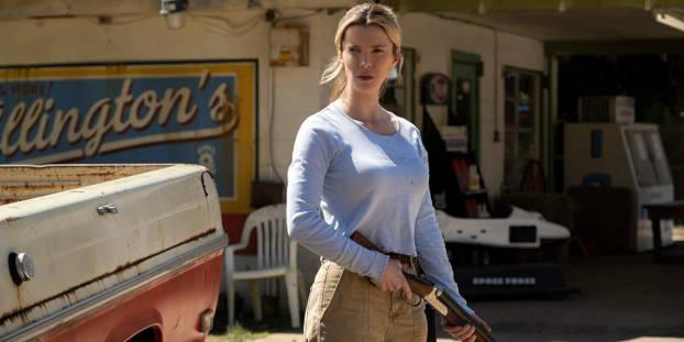 Betty Gilpin et son fusil