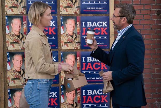 Mackenzie Davis et Steve Carell devant les affiches de campagne
