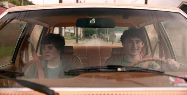 Sophia Lillis et Wyatt Oleff en voiture