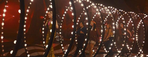Toutes les héroïnes dans un couloir lumineux