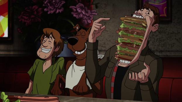 Dean mange avec Sammy et Scooby-Doo