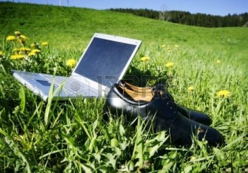 9013084-portatil-en-hierba-como-un-simbolo-para-el-trabajo-de-campo-ocio-o-vacaciones