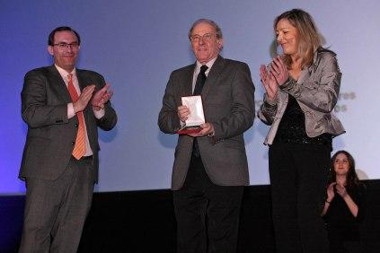 Gloria Scola y Jerónimo José Martin, vicepresidenta y presidente del CEC, entregan Medalla de Honor a Emilio Gutiérrez Caba