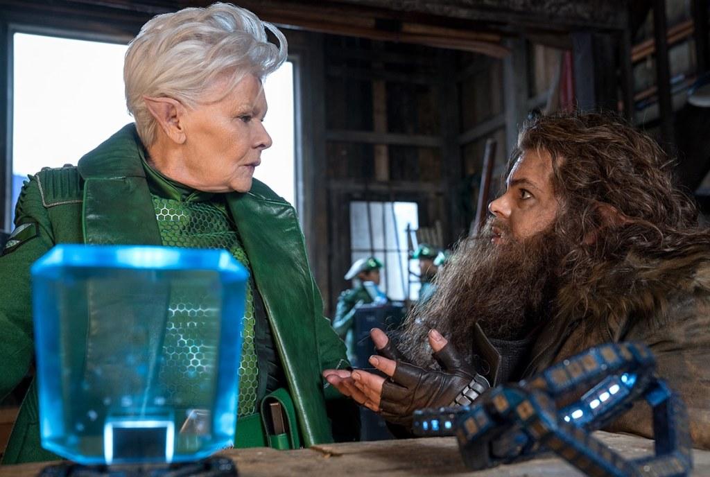 judy Dench et Josh Gad dans Artemis Fowl