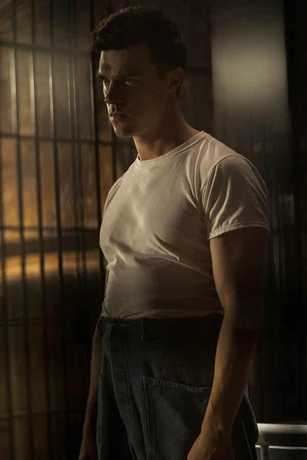 Finn Wittrock est Edmund Tolleson, le tueur de Ratched