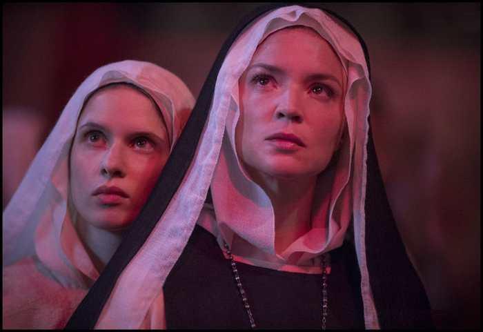Virginie Efira et Daphné Patakia dans le film polémique, Benedetta